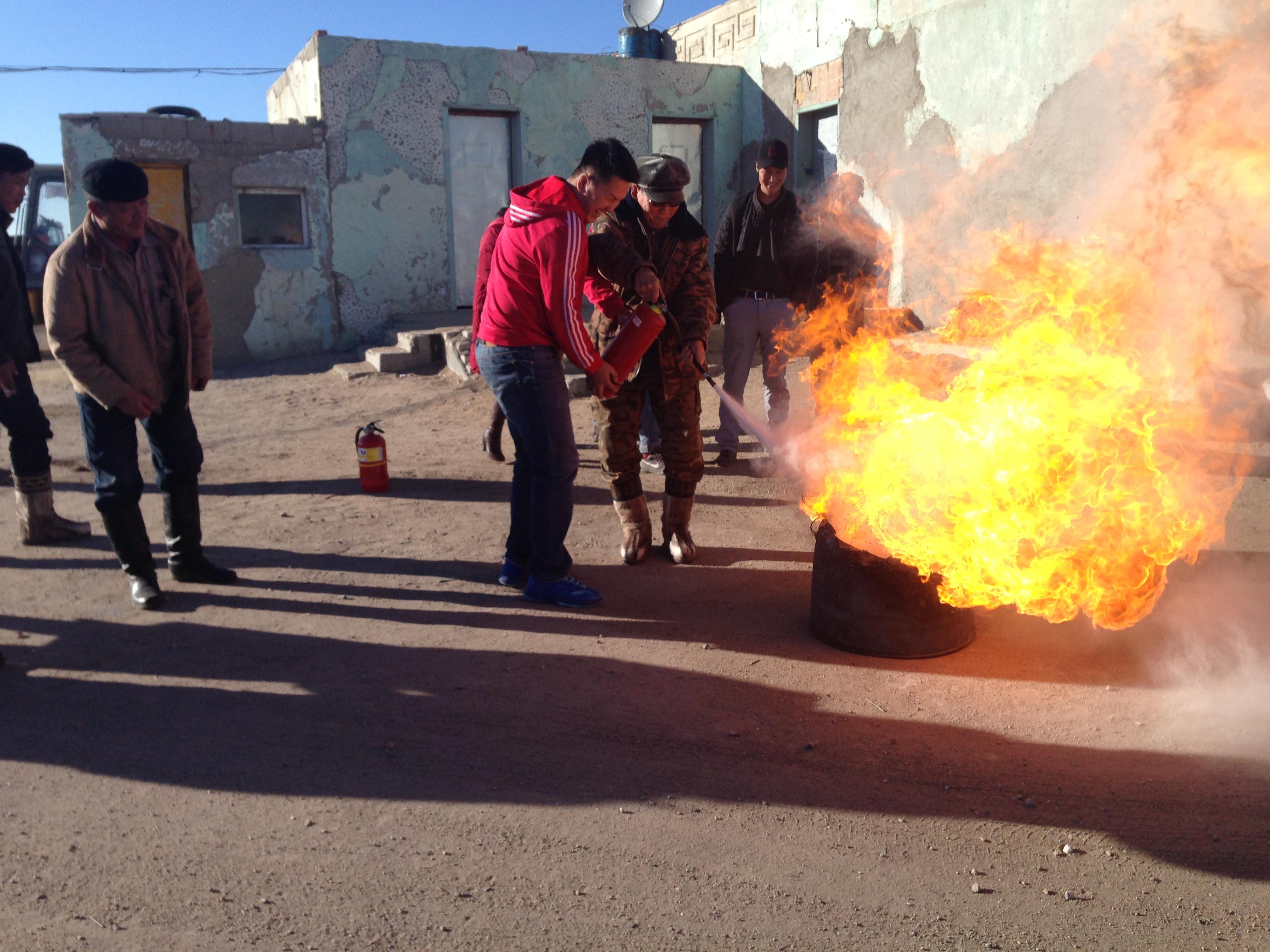 """Дорноговь """"АЗЗА"""" ТӨХК-ны ажилчин албан хаагчдад гал түймрийн аюулаас урьдчилан сэргийлэх  сургалт зохион байгуулав."""