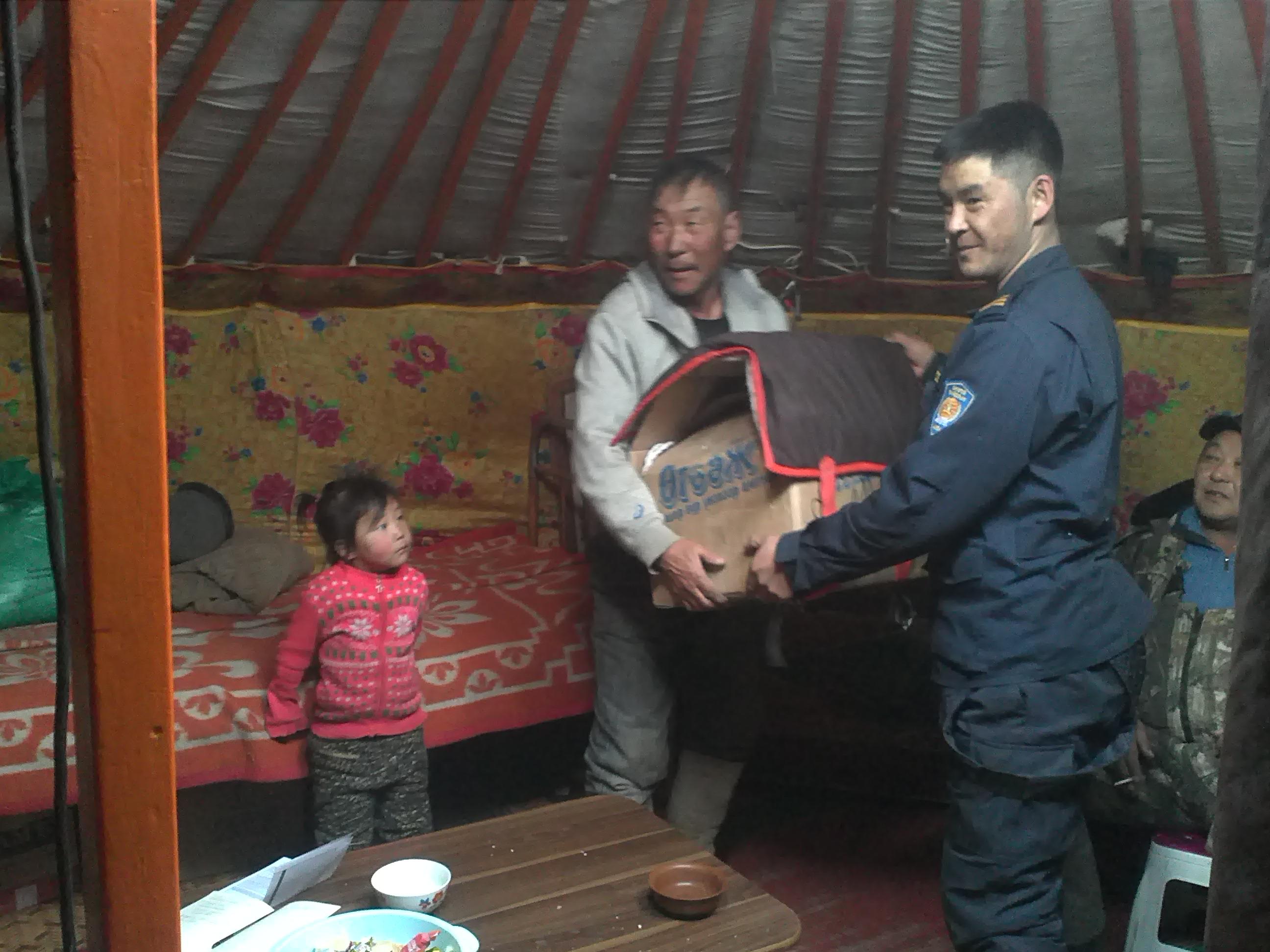 """Сүхбаатар аймгийн Халзан, Баяндэлгэр, Асгат сумдын малчдад тусламжийн бараа материалыг хүргэлээ.уун тус """" аяныг өрнүүллээ."""