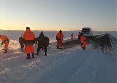 Сүхбаатар аймгийн орон нутгийн чанартай зам цасанд боогдох, хөдөлгөөний хязгаарлалт үүсэхээс сэргийлж замын цасыг цэвэрлэх ажлыг зохион байгууллаа.